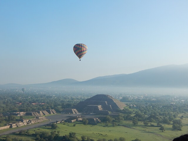 Hot air balloon over Teotihuacan