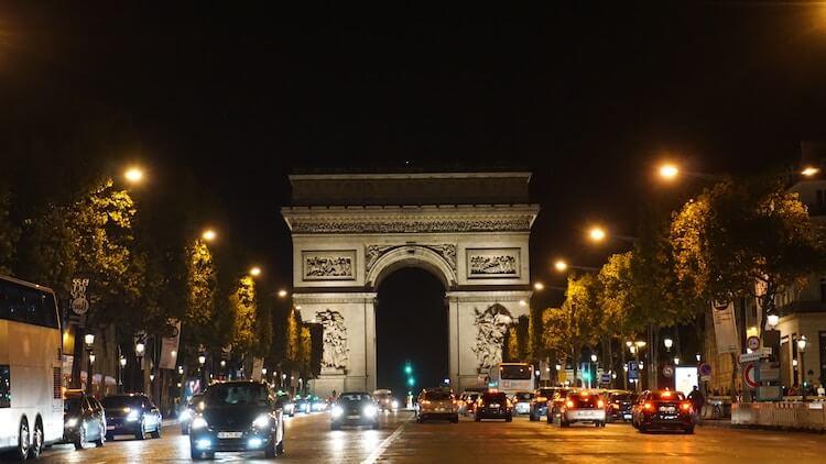 Arc du Triomph in Paris, France at night