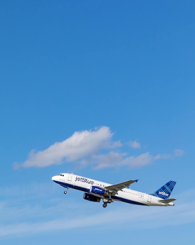 Jetblue plane landing