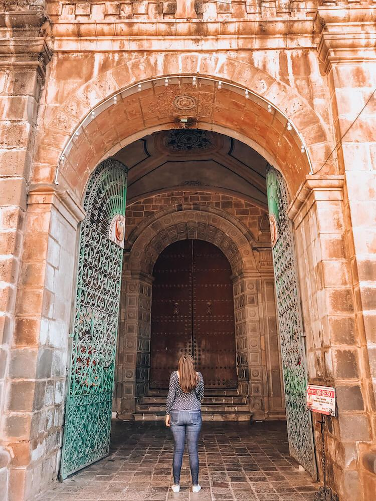 Kat in front of Museo y Catacumbas del Convento San Francisco de Asís del Cusco