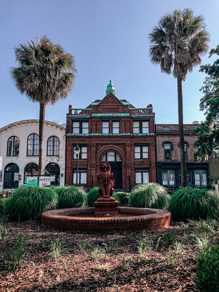 River Street with a lion fountain - Travel to Savannah
